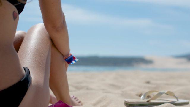 イタリア人がビーチで日焼け