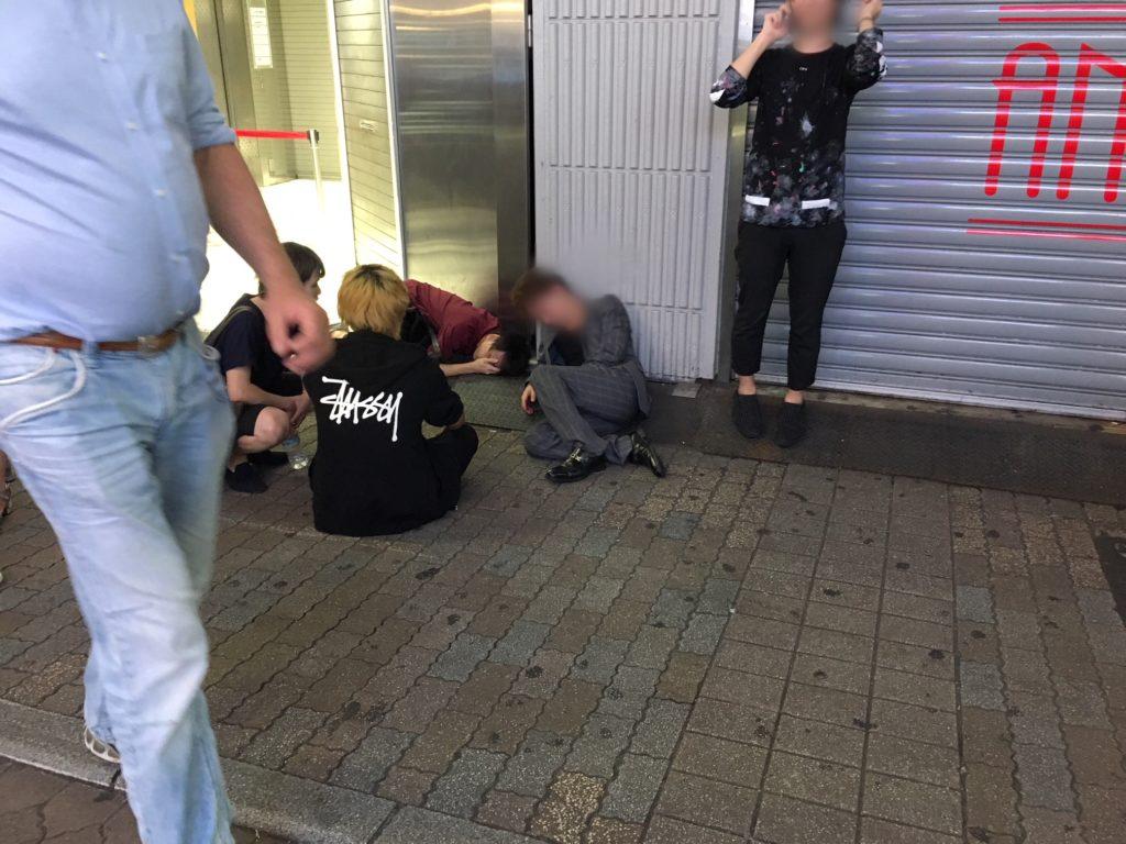 外国人からすると、酔っ払いが外で寝ているのは異常!【日本人との違い ...